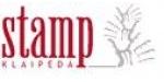"""Nuo 2008 m. gegužės 30d. UAB """"Echo Stamp Klaipėda"""" pakeitė įmonės pavadinimą į UAB """"Stamp Klaipėda"""".  Įmonė veiklą pradėjo 1995 m. Ilgametė patirtis mums leidžia pasiūlyti geriausius sprendimus šiandien.  Viena pagrindinių mūsų veiklos sričių išlieka antspaudų gamyba. Prekiaujame pasaulyje lyderiaujančios antspaudų korpusų gamintojos austrų firmos TRODAT produkcija. Pas mus rasite platų antspaudų bei jų priedų asortimentą. Taip pat prekiaujame HERI nešiojamais antspaudais-rašikliais, JUSTRITE reljefiniais antspaudais, REINER antspaudais (savidažiais programuojamais numeratoriais).  Gaminame guminius, mikroporinius (flash technologija) ir metalinius antspaudus.  UAB """"Stamp Klaipėda"""" taip pat specializuojasi verslo dovanų gamybos bei prekybos srityse. Galime pasiūlyti Europos bei Rytų gamintojų naujausią produkciją bei padėti išsirinkti Jums tinkamiausią variantą.  Prekiaujame sportiniais prizais bei gaminame metalizuotas plokštelės su Jūsų pageidaujamais vaizdais ir užrašais.  Turėdami išplėtotą gamybinę bazę dedame reklaminius užrašus ant įvairių paviršių: plastiko, metalo, medžio, stiklo, keramikos, popieriaus, tekstilės, odos ir t.t. Tam naudojame skirtingas technologijas: šilkografiją, tampografiją, graviravimą lazeriu ar smėliasrove.  Kadangi visus darbus atliekame patys, galime pasiūlyti Jums priimtiniausią kainą ir minimalius atlikimo terminus.  Naujausia mūsų veiklos sritis – tai saugos ženklų gamyba. Gaminame standartizuotus saugos ženklus ant paprastos, fosforinės, šviesą atspindinčios plėvelės bei plastiko. Taip pat gaminame įvairiausių matmenų bei spalvingumo lipdukus pagal spec. užsakymus."""